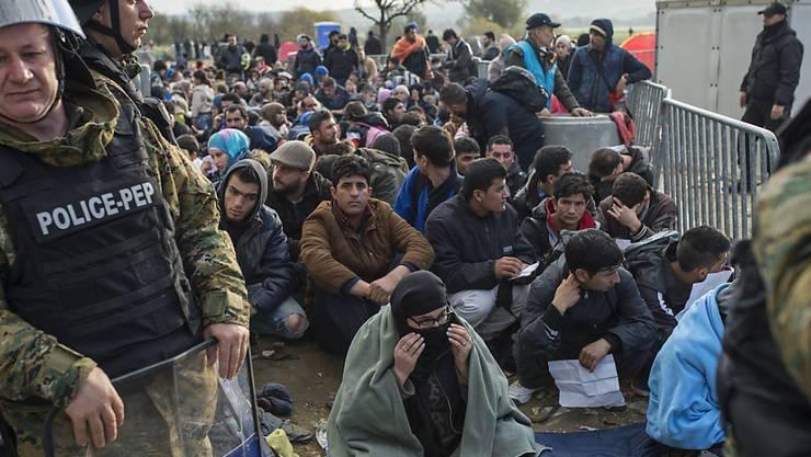 """Warten unter winterlichen Bedingungen: Bei Gevgelija bilden sich lange Schlangen, viele Asylsuchende werden als """"Wirtschaftsflüchlinge"""" an der Grenze zurückgewiesen."""