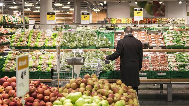 Die Konsumentenpreise sind im November leicht gesunken: ein Mann geht bei Coop shoppen (Symbolbild).