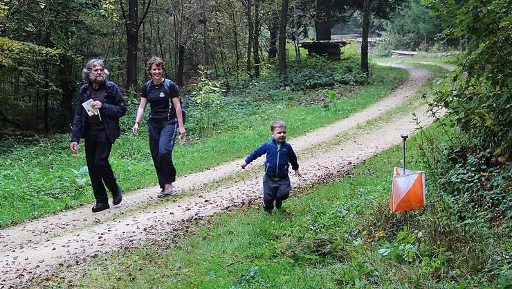 Drei Generationen im Ödenholz bei Leibstadt: Der kleine Orientierungsläufer quittiert den Posten bei der Weggabelung für seine Mutter und den Grossvater.