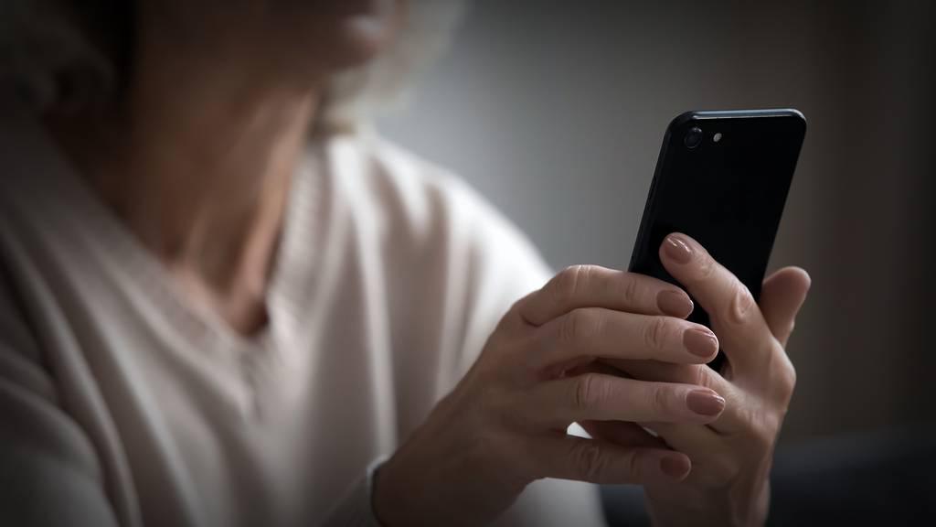Rentnerinnen hintergangen: «Falsche Polizistin» zu mindestens 18 Monaten Haft verurteilt