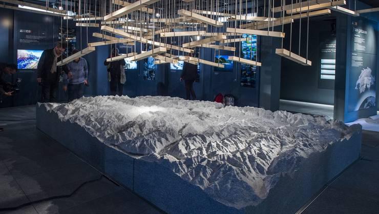 Der Schweizer Pavillon beansprucht 4432 Quadratmeter, im Zentrum steht ein tonnenschwerer Steinblock mit Alpenrelief. Flankiert ist die Anlage von vier Silotürmen gefüllt mit Salz, Kaffee, Wasserbecher und Apfelringli – Ernährung ist das Motto der Weltausstellung.