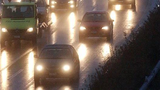 Nach den drei Unfällen bildet sich ein langer Stau auf der A1 (Archivbild)