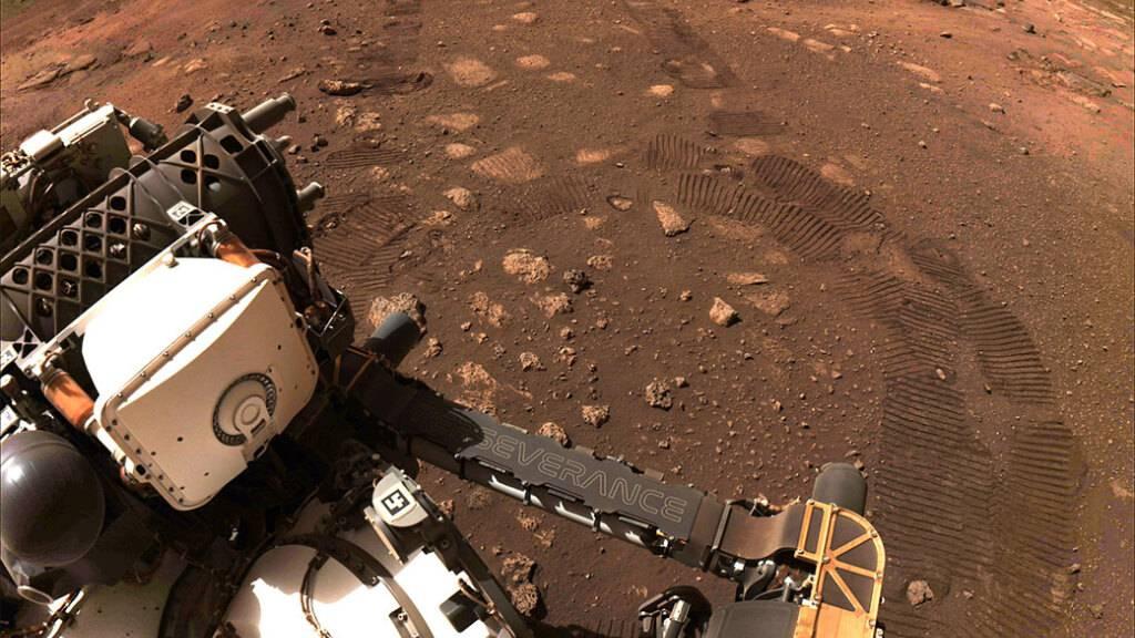 ARCHIV - Der Rover «Perseverance» der NASA fährt über den Planeten Mars. Foto: Nasa/ZUMA Wire/dpa - ACHTUNG: Nur zur redaktionellen Verwendung und nur mit vollständiger Nennung des vorstehenden Credits