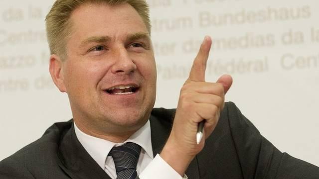 Toni Brunner zeigt der SP den Warnfinger (Archiv)