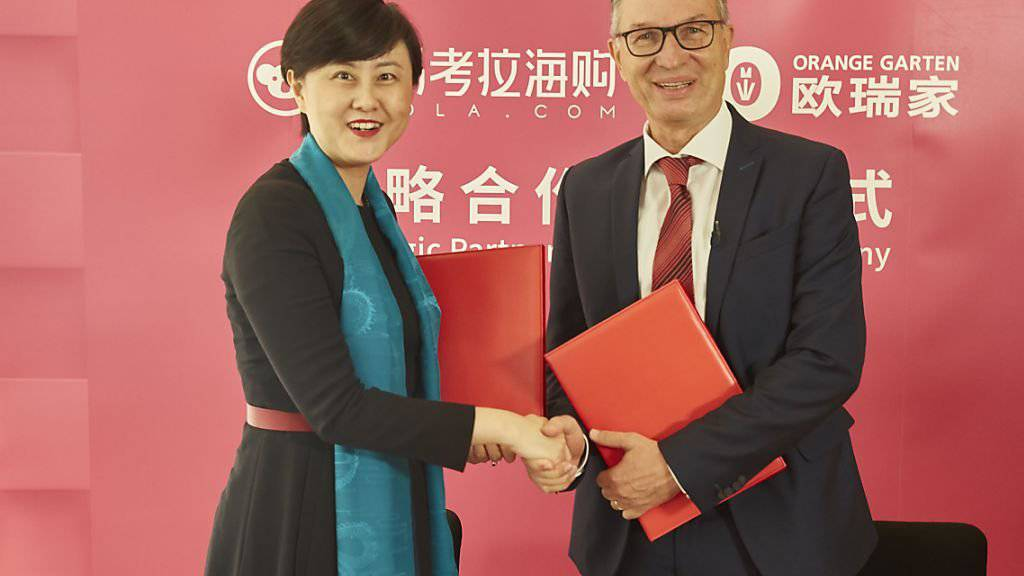 «Wir verfolgen die Entwicklung im asiatischen Onlinehandel seit einiger Zeit. Mit der steigenden Kaufkraft legen die Chinesen zunehmend Wert auf sichere und hochwertige Lebensmittel», sagt M-Industrie-Leiter Walter Huber. Hier bei der Vertragsunterzeichnung mit Kaola-Chefin Lilly Zhang.