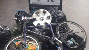 Der gesammelte Abfall, präsentiert im Markthof
