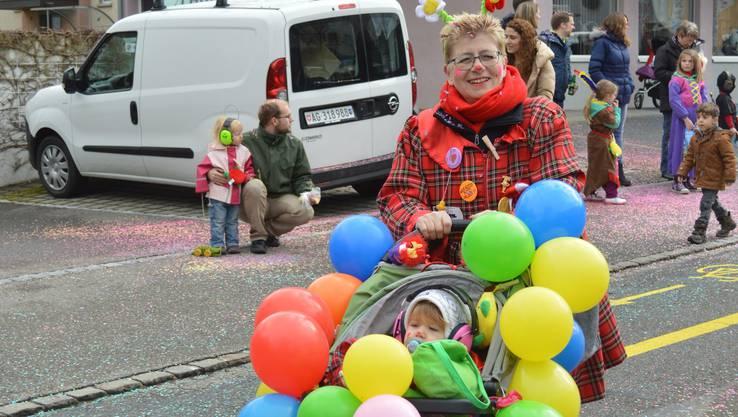 Olga Weibel ist zusammen mit ihrer Enkelin blumig unterwegs