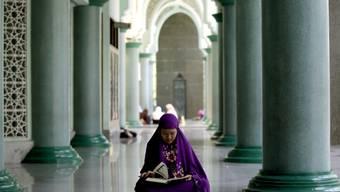 Eine muslimische Frau liest am Donnerstag zum Beginn des Ramadan in einer Moschee in Jakarta, Indonesien, im Koran.