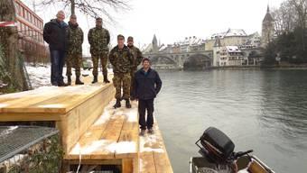 Vom Militär am Reussufer in Bremgarten errichtetes Podest dient während des «Eidgenössischen» den Pontonieren: OK-Präsident René Wendel (links) ist zufrieden.