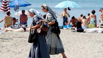 Nonnen an einem italienischen Strand. (Symbolbild)