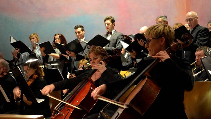 Das Collegium Musicum Urdorf begleitet die rund 80 Sängerinnen und Sänger.