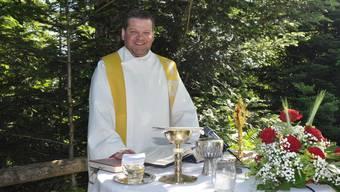 Der ehemalige Küssnachter Pfarrer Werner Fleischmann während eines Gottestdienstes im Freien.