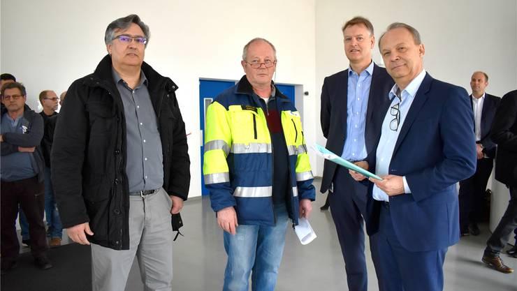 Andreas Felber und François Quidort übergeben die Petition im Foyer des DSM-Werks in Sisseln an René Vroege und Chris Goppelsroeder (v.l.). nbo