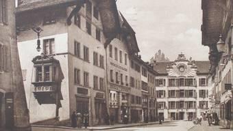 Die Rathausgasse auf einer Postkarte (Poststempel 1921). «Schwert» und «Schlüssel», die zwei Häuser rechts vom Erkerhaus, waren bereits keine Wirtschaften mehr. eth Bildarchiv