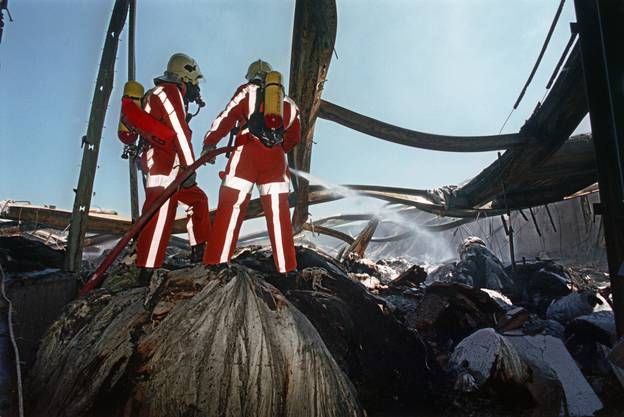Feuerwehrleute im Einsatz beim Tela-Brand in Niederbipp 1996