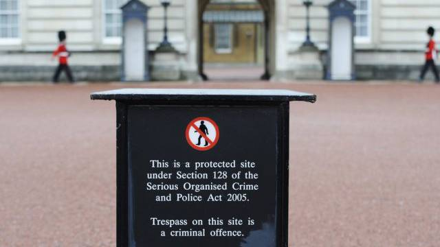 Ab hier gilt der Zutritt zum Buckingham Palace nur für Befugte