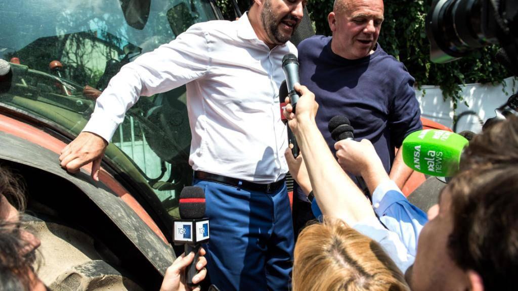 Lega-Chef Salvini wird im norditalienischen Monza von Journalisten belagert: Seine Parteianhänger stimmen nun über eine Regierungsbeteiligung ab.