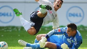 Wolfsburg-Goalie Diego Benaglio klärt vor Mario Gomez