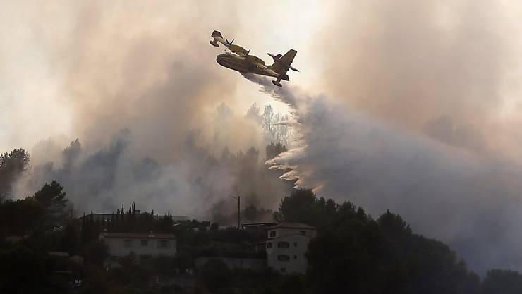 Ein Löschflugzeug bekämpft Brände in Carros nördlich von Nizza.
