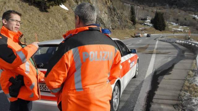 Die Bündner Kantonspolizei an einer Unfallstelle (Symbolbild)