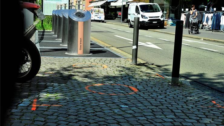Die Unterflursammelstelle für Glas an der Kasinostrasse in Aarau soll um drei unterirdische Container für gebührenpflichtige Abfallsäcke erweitert werden. Der Standort der Container und der Einwurfsäulen ist mit oranger Farbe markiert.