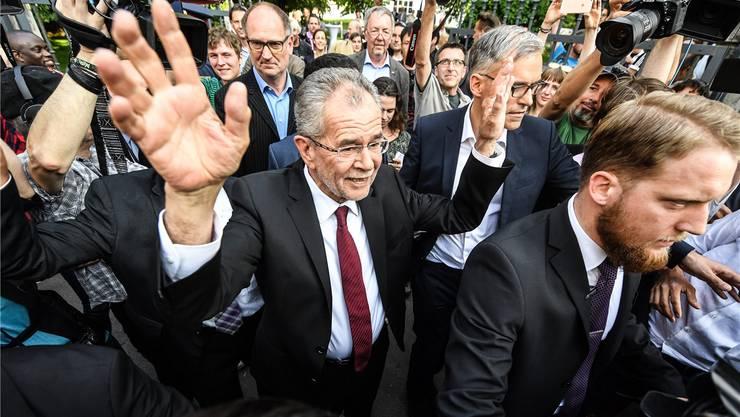 Nicht einmal die Gegner hassen ihn so richtig: Alexander Van der Bellen in Wien, nachdem seine Wahl endlich feststeht. CHRISTIAN BRUNA/keystone