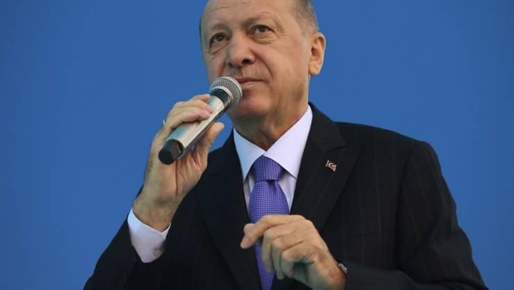 Recep Tayyip Erdogan, Präsident der Türkei und Vorsitzender der AKP, hält auf einem Parteitag der AKP in einem Stadion eine Rede. Foto: Uncredited/Turkish Presidency/AP/dpa