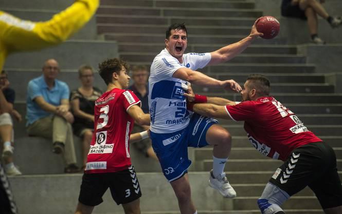 Die TVE-Spieler Noah Grau (l.) und Leonard Pejkovic (r.) versuchen, Kriens-Luzerns Jernej Papez zu stoppen.