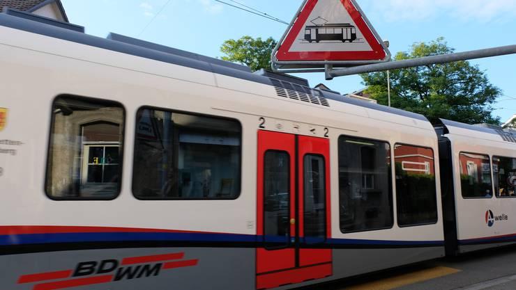 Die Bremgarten-Dietikon-Bahn auf der Bremgartnerstrasse in Dietikon (von der Schöneggstrasse her gesehen).