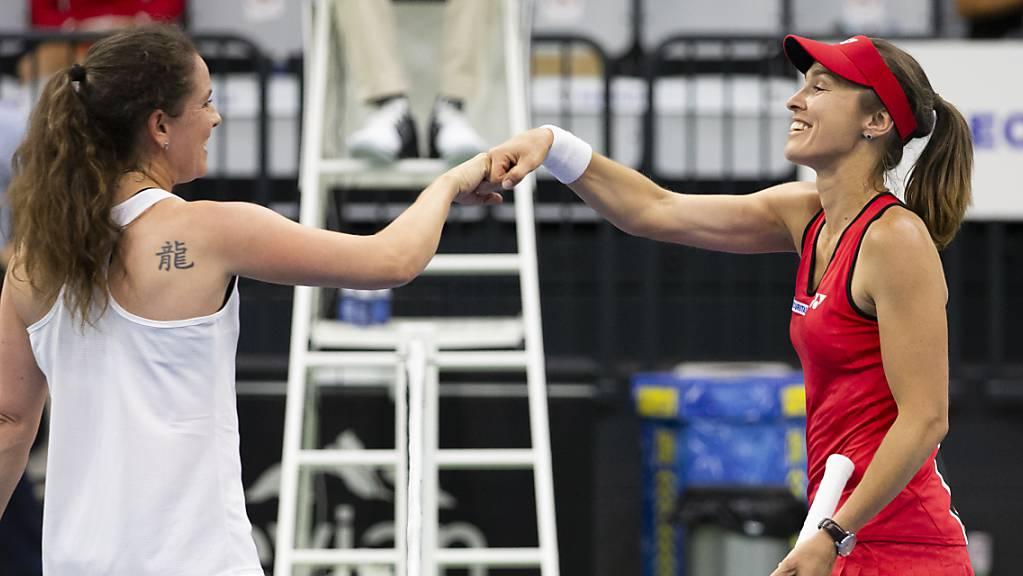 Corona-konformes Handshake: Martina Hingis (re.) freut sich über den Sieg im Legendeneinzel gegen Patty Schnyder