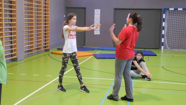 Die Mädchen lernen mit Kursleiterin Sophie Scheurer, stop zu sagen