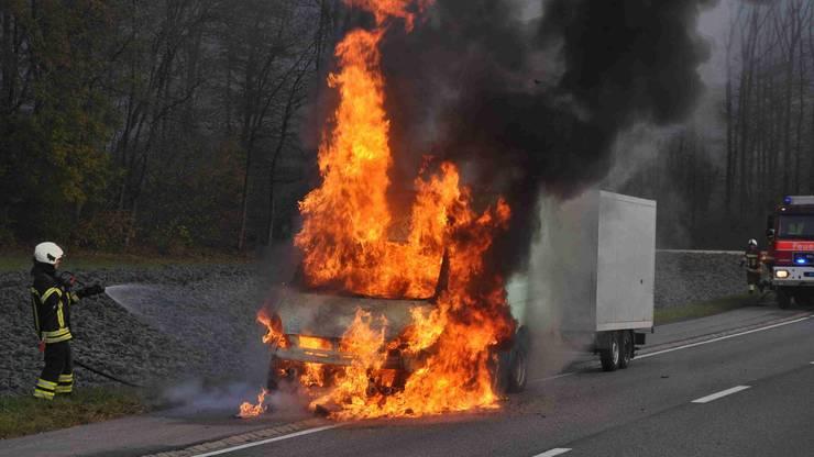 Trotz raschem Löscheinsatz der Feuerwehr erlitt das Fahrzeug Totalschaden.