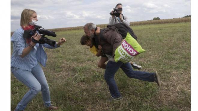 Sinnbild für den Anti-Ungarn-Reflex: Der Tritt von Kamerafrau Petra László gegen eine Flüchtlingsfamilie sorgte weltweit für Empörung. Foto: Reuters/Marko Djurica