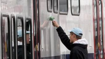SBB-Zug wird poliert – die SBB machen dasselbe für andere. KEY