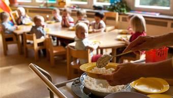 Der Kanton senkt die Einkommens- und Vermögensgrenze für Kleinkinderbetreuungsbeiträge. (Symbolbild)
