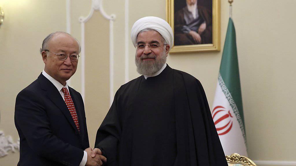 Irans Präsident Ruhani begrüsst IAEA-Chef Amano zu Gesprächen in Teheran.
