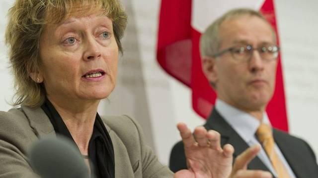 Finanzministerin Eveline Widmer-Schlumpf mit ihrem Staatssekretär Michael Ambuehl (Archiv)