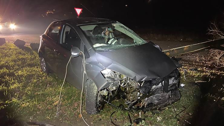 In Mägenwil stiess eine Privatperson auf einen völlig demolierten Mazda.