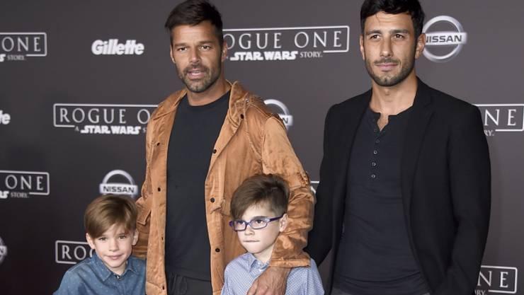 Ricky Martin (l) will die Hochzeit mit seinem Verlobten Jwan Yosef (r) mit einer grossen öffentlichen Sause feiern. Mit auf dem Bild: Martins Söhne Matteo und Valentino. (Archivbild)