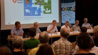 Regierungspräsident Christoph Neuhaus (Mitte) stellte sich den emotionsgeladenen und kritischen Fragen.