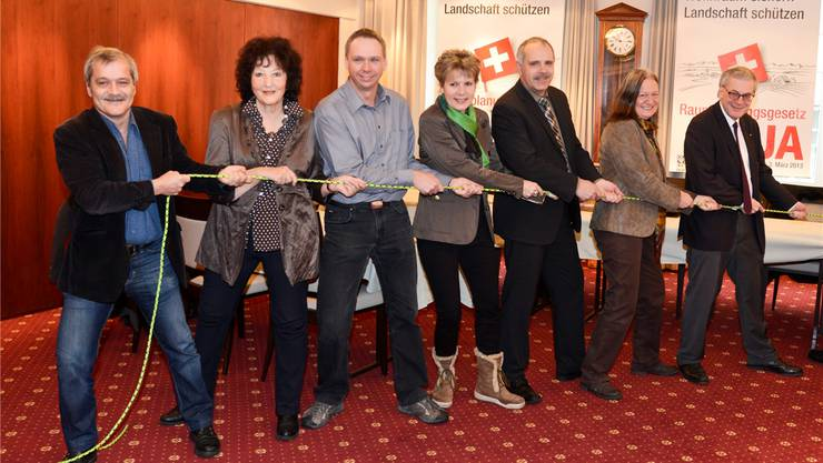 René Kühne (GLP-Präsident), Bea Heim (SP-Nationalrätin), Markus Dietschi (BDP-Präsident), Brigit Wyss (Co-Präsidentin Grüne), Urs Schläfli (CVP-Nationalrat), Irene Froelicher (Präsidentin Pro Natura) und Kurt Fluri (FDP-Nationalrat) ziehen am gleichen Strick.