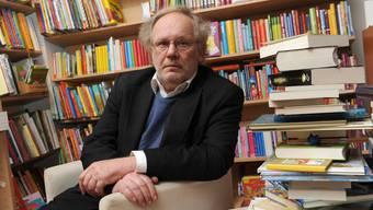 Matthyas Jenny führt laufend rund 10000 Titel, weitere rund 20000 Bücher gehören ihm privat.