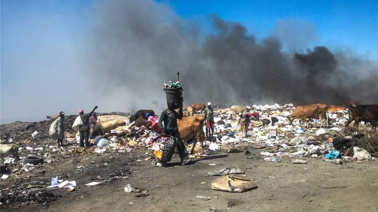 Kehrichtverbrennung auf Haiti. Die Abfallberge am Meeresufer werden in Brand gesteckt, was bleibt, spült der Regen ins Meer.Fotos: Karin Bertschi