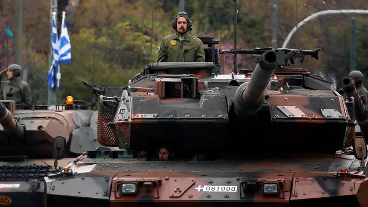 Griechischer Panzer in Athen: Zu schwer für Europas Brücken.