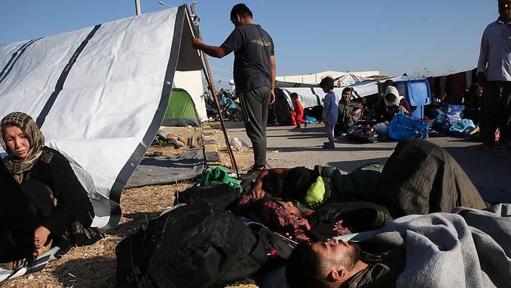 Nach dem Feuer im Flüchtlingslager Moria auf der griechischen Insel Lesbos leben vielen Menschen auf der Strasse.