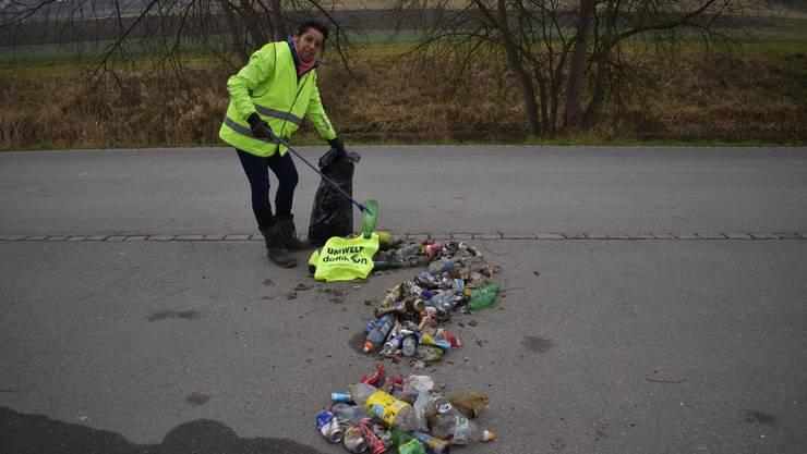Wam Dennler mit dem Abfall, den sie am vergangenen Sonntag gesammelt hat.