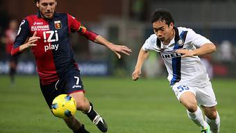 Genoas Marco Rossi (l.) im Duell mit Inter-Torschütze Nagatomo.