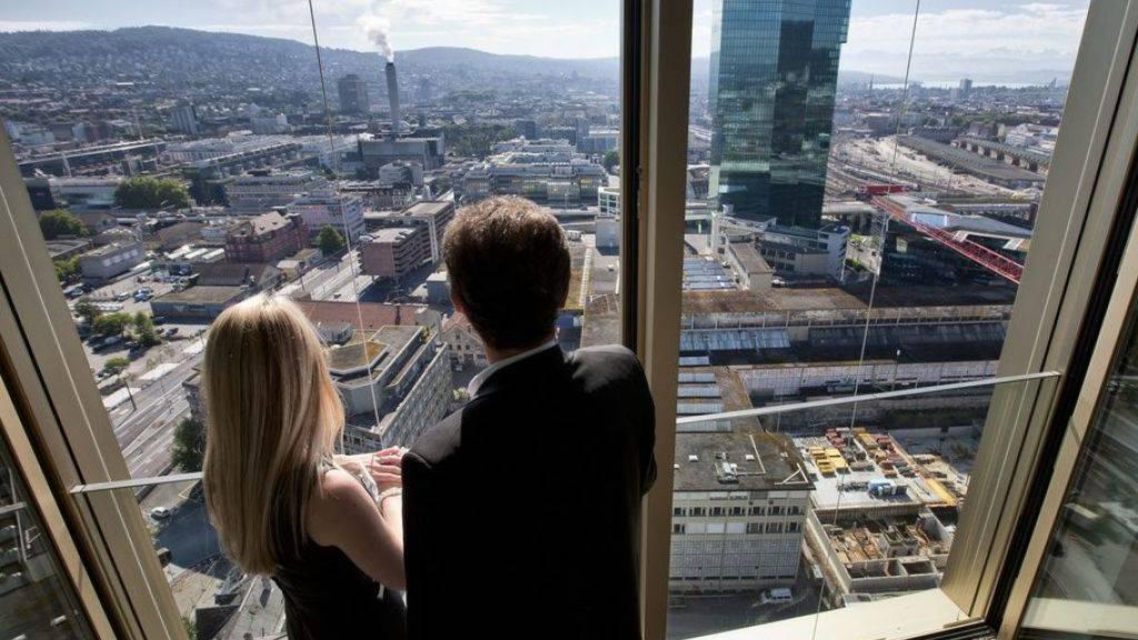 Paare - egal ob mit oder ohne Kinder - besitzen in der Schweiz relativ häufig Wohneigentum. Während Paare mit Nachwuchs Häuser bevorzugen, wählen kinderlose Paare häufiger Eigentumswohnungen. (Symbolbild)