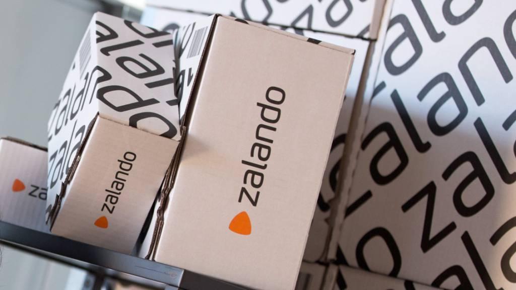 Der Online-Modehändler Zalando ist dank Corona mit Schwung in das zweite Corona-Jahr gestartet. Der Umsatz kletterte im ersten Quartal um knapp die Hälfte auf auf bis zu 2,26 Milliarden Euro. (Archivbild)