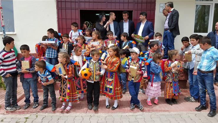 Die Kinder und Frauen trugen eigens für den Besuch der Wohler Judokas ihre traditionelle Tracht der Region. zvg
